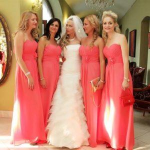 Korálové družickovske šaty