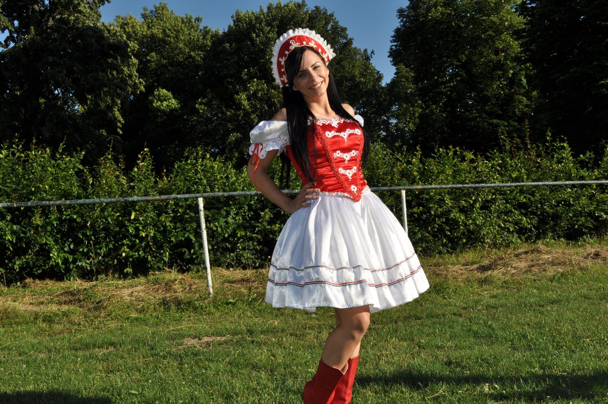 8a9d52e8515a Veľmi obľúbeným sa u nás stal kroj s vrstvenou trojradovou sukňou vo  farbách červená